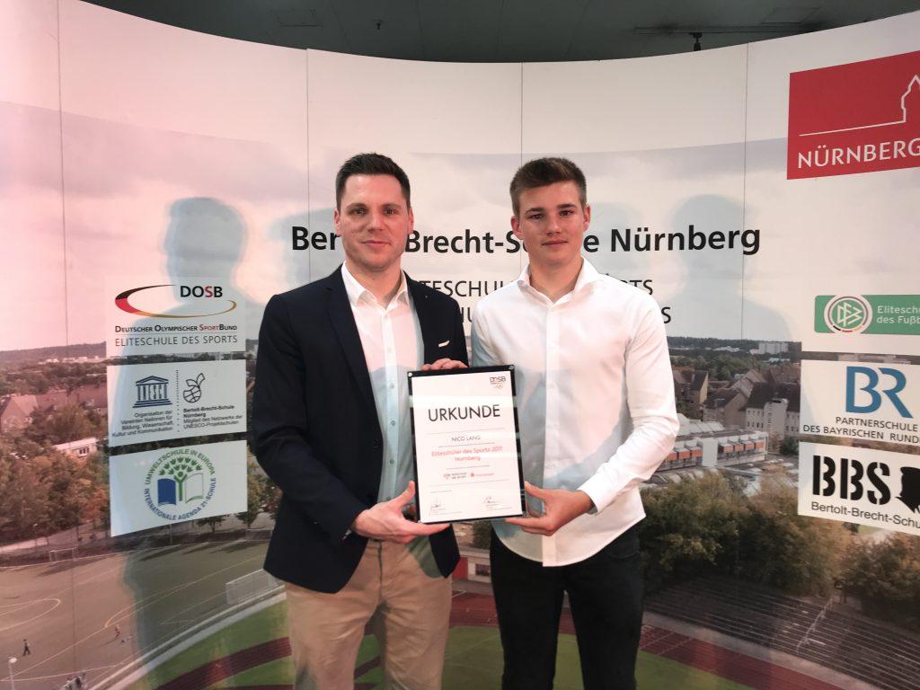 Auf dem Foto v.l.: Beim Neujahresempfang an der Bertolt-Brecht-Schule überreicht Sparkassen-Sportreferent Benny Jung Nachwuchsgolfer Nico Lang die Auszeichnung zum Eliteschüler des Sports 2017 in Nürnberg.