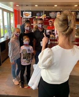 ClubCommunity-Masken für Röthenbach: Erst die Maske, dann ein Selfie mit Michael Wiesinger.