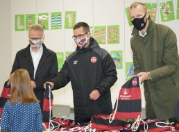 Dr. Michael Kläver, Michael Wiesinger und Niels Rossow bei der Erstklässler-Aktion des 1. FC Nürnberg in der Viatisschule.